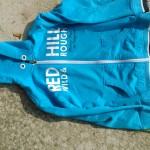 Modrá mikina s nápisem Red Hill